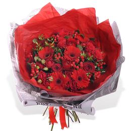 Букет из красных гербер, ранункулюсов и ягод ПЛАНЕТА ЦВЕТОВ