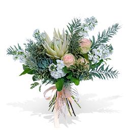 Букет из белой протеи, ароматной садовой розы, матиолы и суккулента