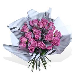 Букет из 25 Розовых Роз и Куэркуса в Упаковке Тренд