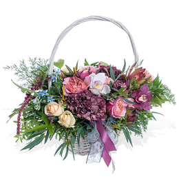 Корзина из садовых роз, гортензии, орхидей и оксипеталлума