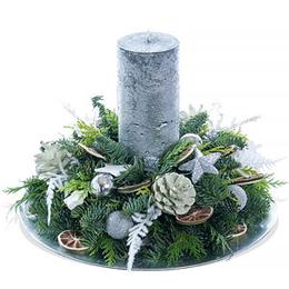 Новогодняя еловая композиция со свечей, салатовыми шишками и дольками лимона