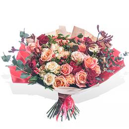 Букет из Кремовых, Лососевых, Красных Роз, Анигозатуса и Эвкалипта