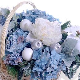 Новогодняя Корзина из Синей Гортензии, Елочных Шаров и Хвои Москва - фото 2