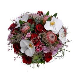 Букет из белой орхидеи фаленопсис, роз и протеи