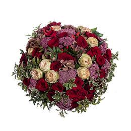 Букет из гортензии, садовых роз, бордовых роз и озатамнуса