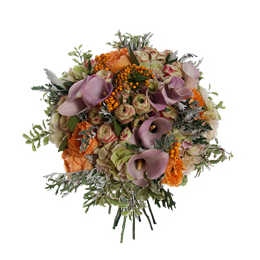 Букет из садовых роз, калл, гортензии и ягод
