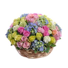 Корзина из гортензии, зеленых, розовых и сиреневых роз