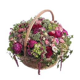 Корзина из пионов, кустовых роз, целлозии, гортензии