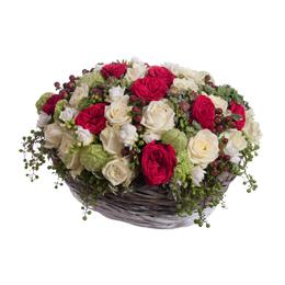 Корзина из роз, садовых роз, гортензии и фрезий