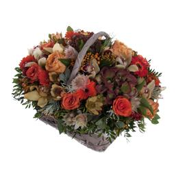 Корзина из  гортензии, орхидей, роз, гербер и ягод