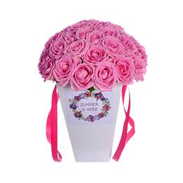 Цветы в коробке. Букет из розовых роз на гидроупаковке.