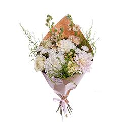 Букет из белых георгин, белой розы, матиолы и ягод в крафте