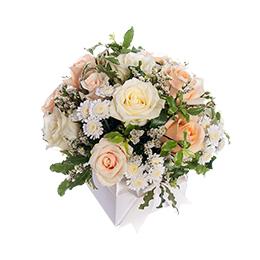 Композиция на банкетный стол из Белой и Кремовой Розы, Кустовой Хризантемы и Лимониума