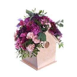 Композиция в кашпо-скворечнике из садовой и кустовой розы, георгина, латируса, циний, гвоздик.