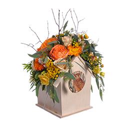 Композиция в кашпо-скворечнике из оранжевой садовой розы, кремовой и желтой розы, календулы