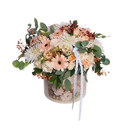Цветы в шляпной коробке. Композиция из гербер, георгинов, роз и ягод