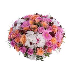 Корзина из розовых и персиковых роз, гербер, гортензии и ежевики
