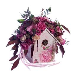 Композиция в скворечнике из розовых гербер, роз и гвоздик