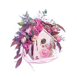 Композиция из цветов в скворечнике для Мамы из Роз, Гербер и Эвкалипта