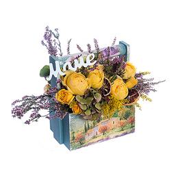 Корзина цветов на День Матери из желтой садовой розы, вереска и гортензии