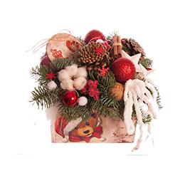 Новогодняя композиция из хлопка, хвои и новогодних аксессуаров