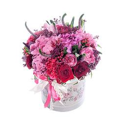 Цветы в шляпной коробке. Композиция из бордовой и розовой розы, садовой розы, гортензии и ягод