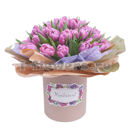 Цветы в коробке. Букет из 50 сиреневых тюльпанов на гидроупаковке