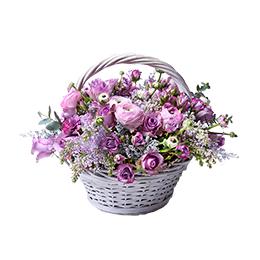 Корзина из Кустовых Пионовидных Роз, Сирени, Ранункулусов