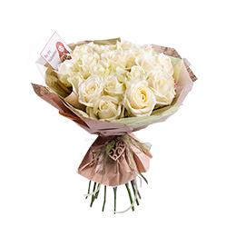 Букет из 25 белых роз в упаковке из крафта и тишью