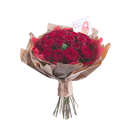 Букет из 25 бордовых роз в упаковке из крафта и тишью