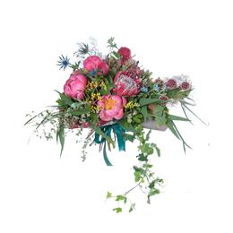 Букет из пионов, протеи, садовой розы и ягод