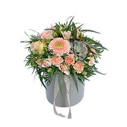 Цветы в Шляпной Коробке Герберы Розы Эвкалипт Кустовые Розы