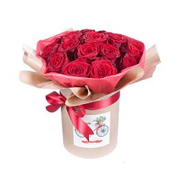 Цветы в шляпной коробке Букет из бордовых роз на гидроупаковке