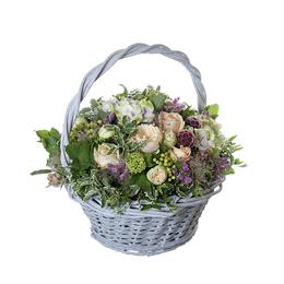 Корзина из садовой ,кустовой и одноголовой розы, гортензии и ягод