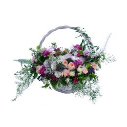 Корзина из хризантемы, садовой ,кустовой и одноголовой розы, оксипеталума и фрезии