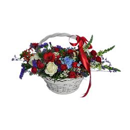 Корзина из розы, гортензии, герберы и ягод